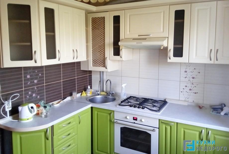 Маленькая кухня бежево-зеленого цвета